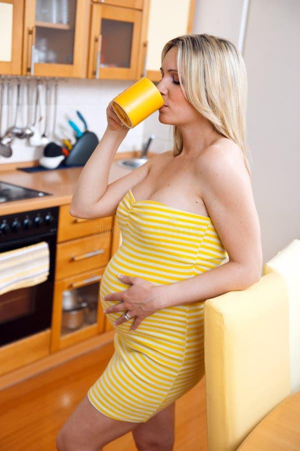 Download Gravid kvinna arkivfoto. Bild av lampa, dricka, lätt - 19796432