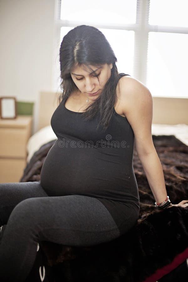 Gravid kvinna hemma royaltyfria foton