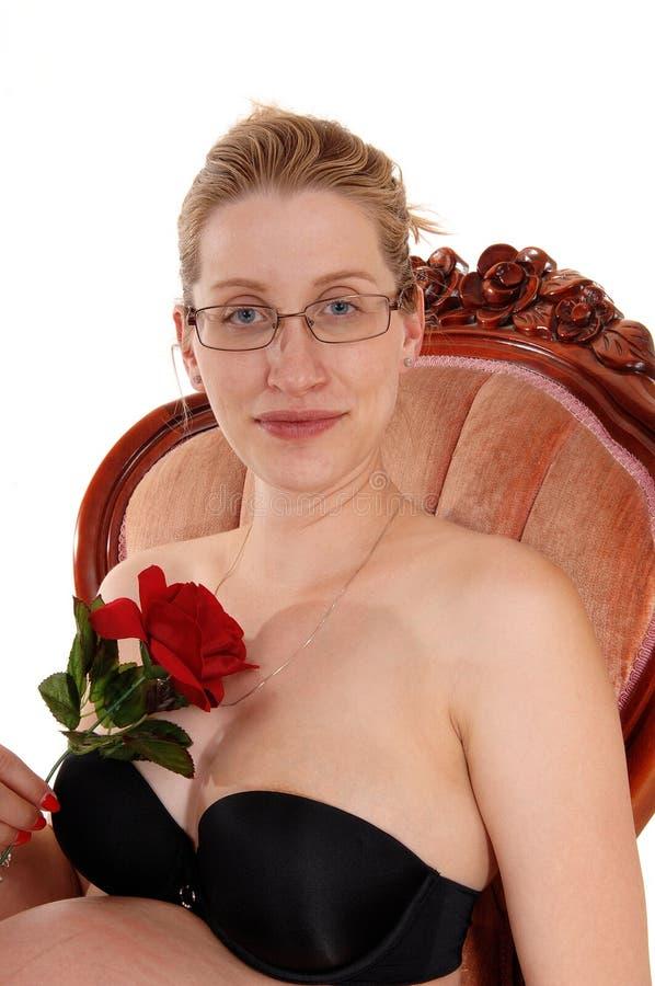 Gravid kvinna i fåtölj royaltyfri bild