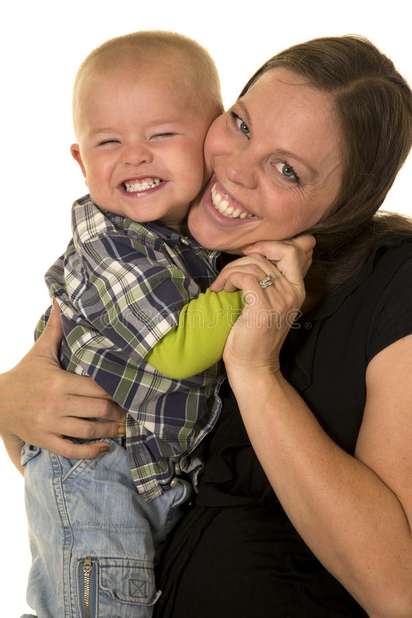 Gravid kvinna i svarta dres som kramas av ungt pojkeslut royaltyfria bilder
