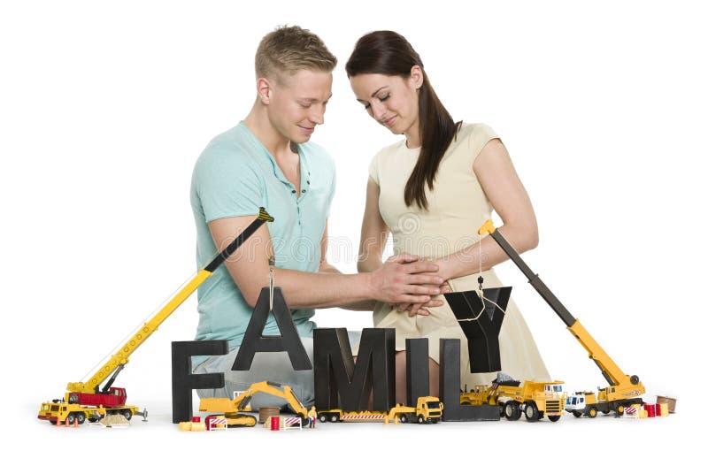 Gravid kvinna och man som startar en familj. royaltyfri bild