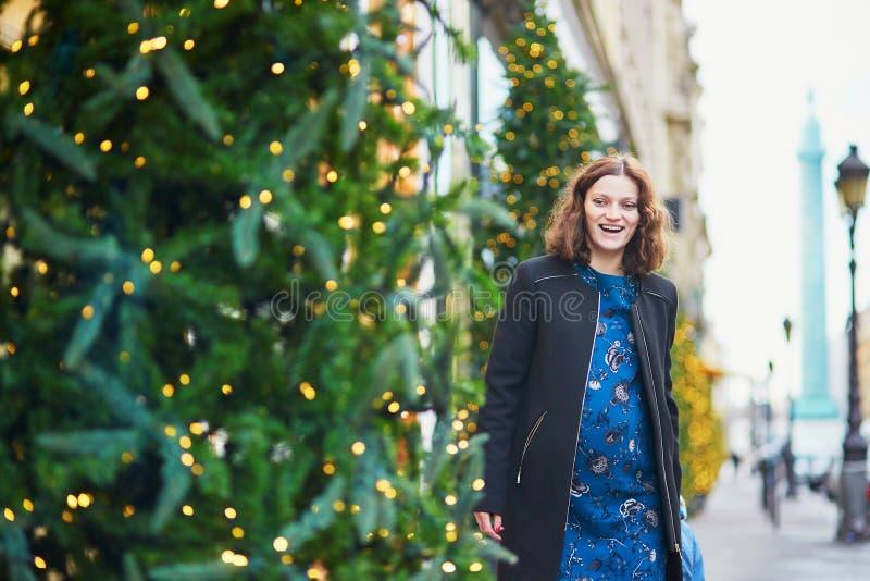 Gravid kvinna på en gata av Paris på jul arkivbilder