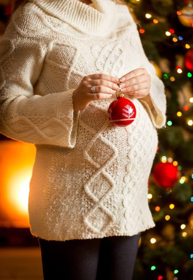 Gravid kvinna som får klar för jul royaltyfri fotografi