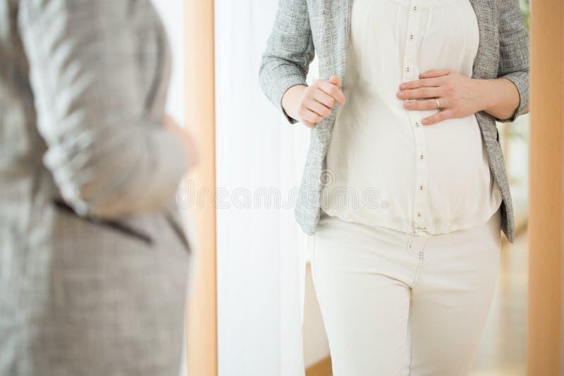 Gravid kvinna som förbereder sig för ett möte royaltyfri bild