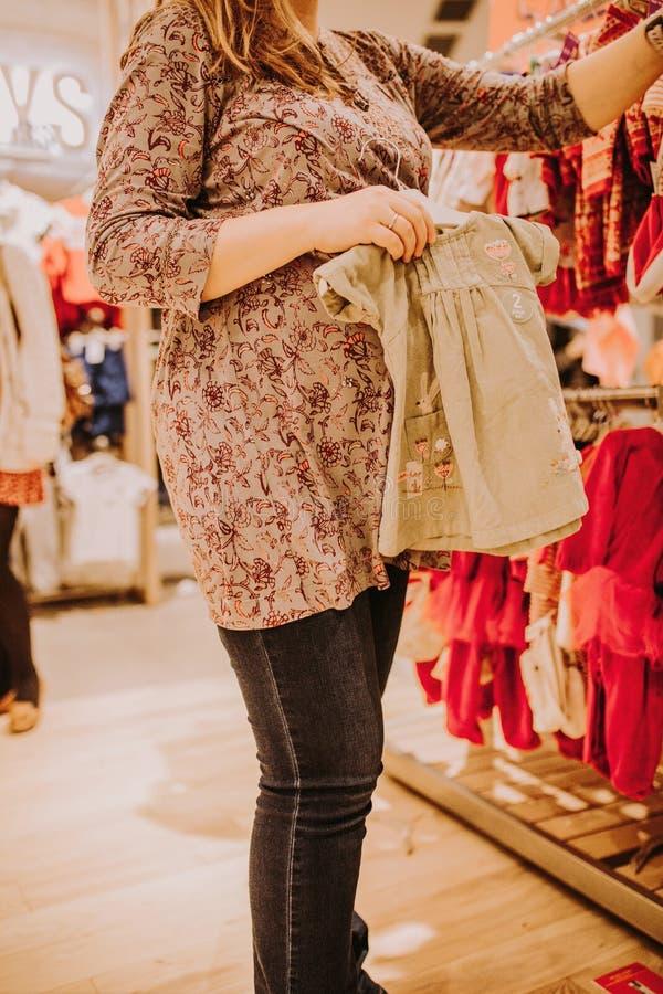 Gravid kvinna som gör shopping arkivfoton