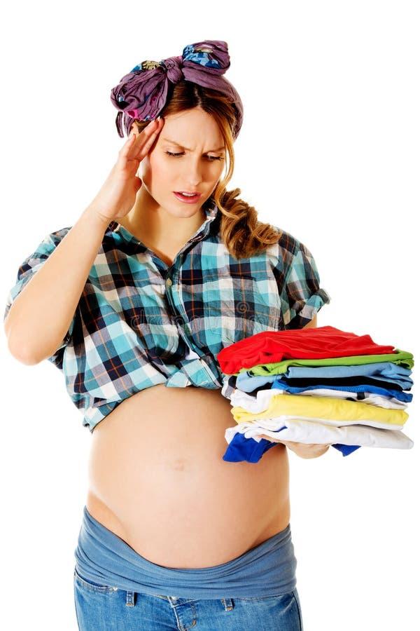 Gravid kvinna som hemma gör ren royaltyfri foto