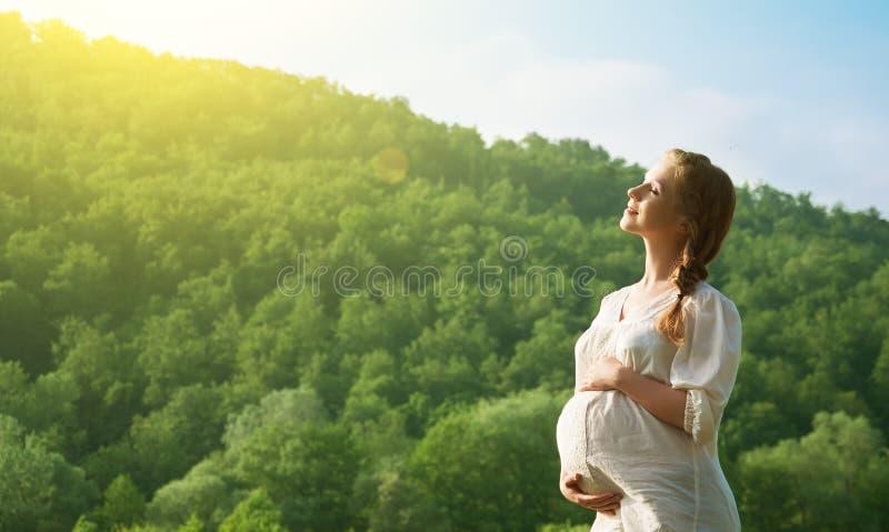 Gravid kvinna som kopplar av och tycker om livstid arkivbild