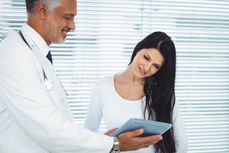 Gravid kvinna som påverkar varandra med doktorn fotografering för bildbyråer