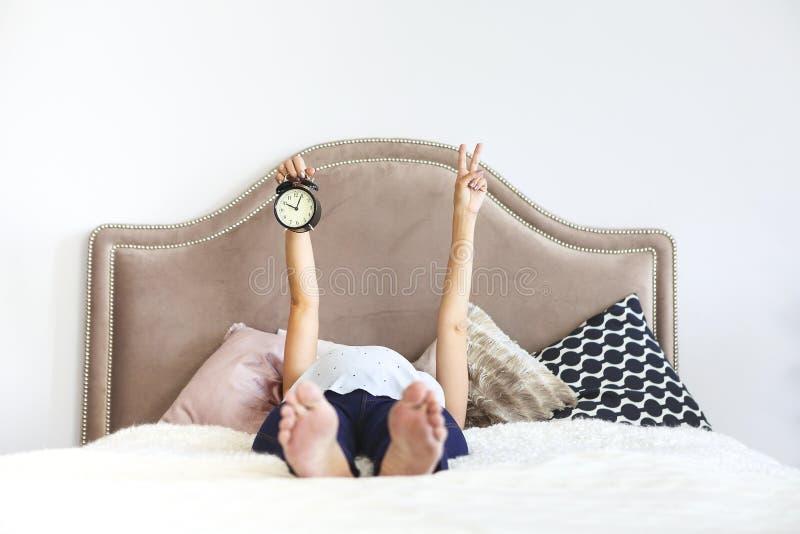 Gravid kvinna som sitter inomhus på sängen royaltyfri fotografi