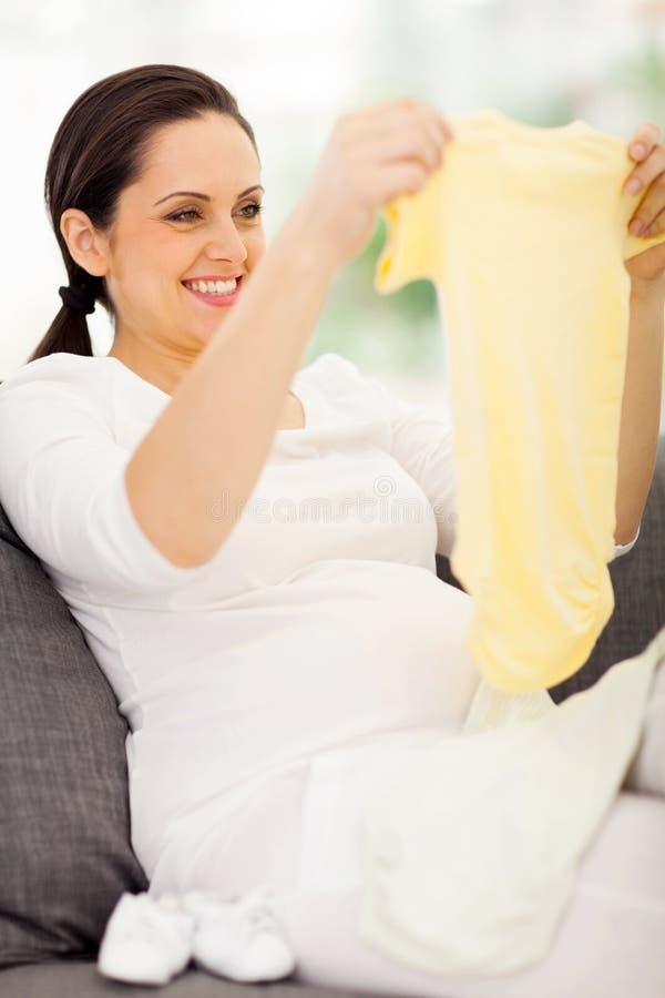 Gravid kvinnababys kläder royaltyfri fotografi