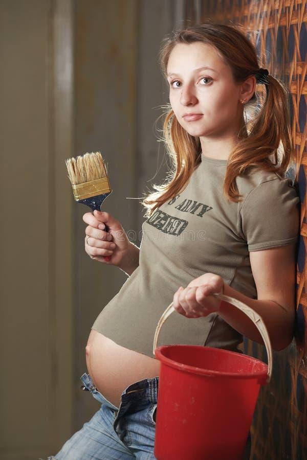 Gravid kvinnabyggmästare royaltyfria bilder