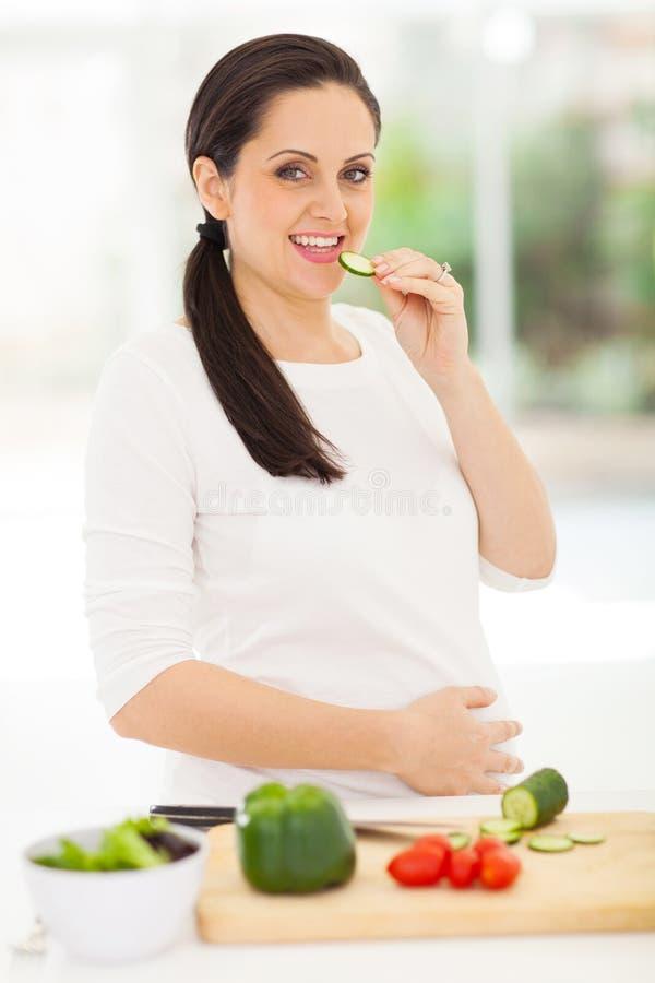 Gravid kvinnagurka royaltyfri fotografi