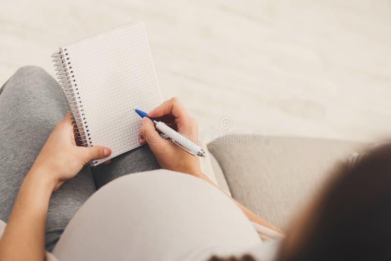 Gravid kvinnahandstilnamn för henne behandla som ett barn arkivbilder