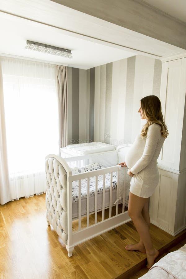 Gravid kvinnainställning - behandla som ett barn upp att le för lathund royaltyfri foto