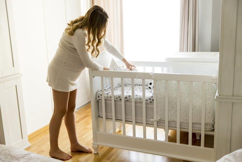 Gravid kvinnainställning - behandla som ett barn upp att le för lathund arkivbild