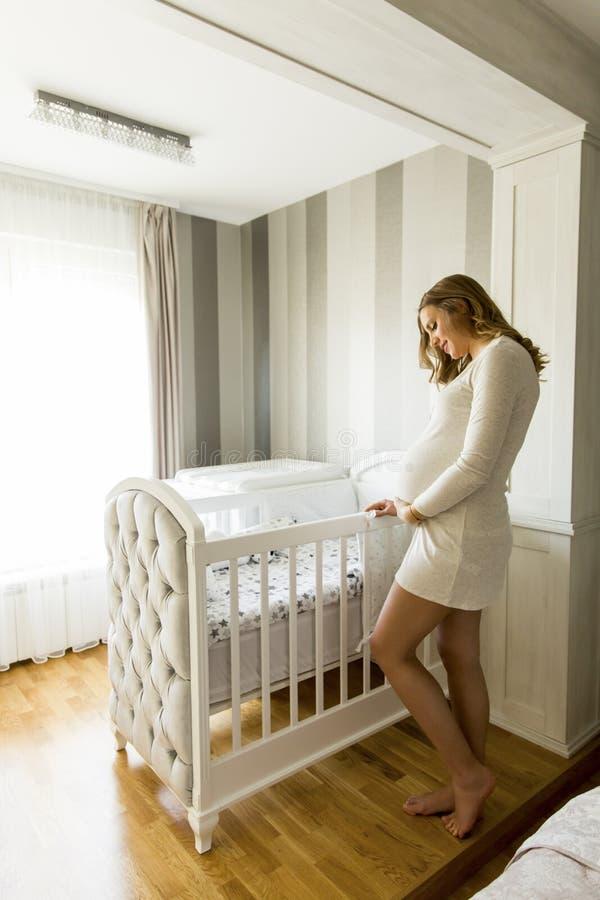 Gravid kvinnainställning - behandla som ett barn upp att le för lathund arkivfoton