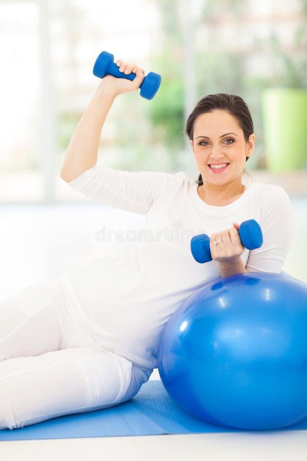 Gravid kvinnakondition royaltyfri foto
