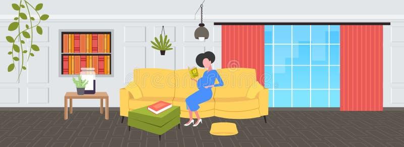 Gravid kvinnaläsebok som sitter på soffaflickan som trycker på hennes moderna vardagsrum för bukhavandeskap- och moderskapbegrepp stock illustrationer