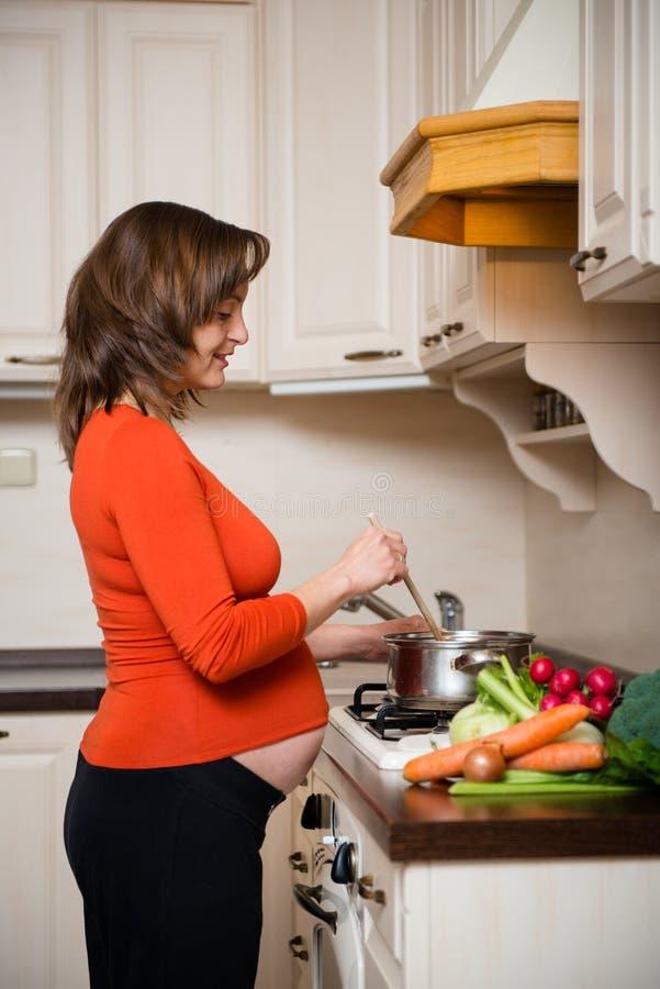 Gravid kvinnamatlagning royaltyfri foto