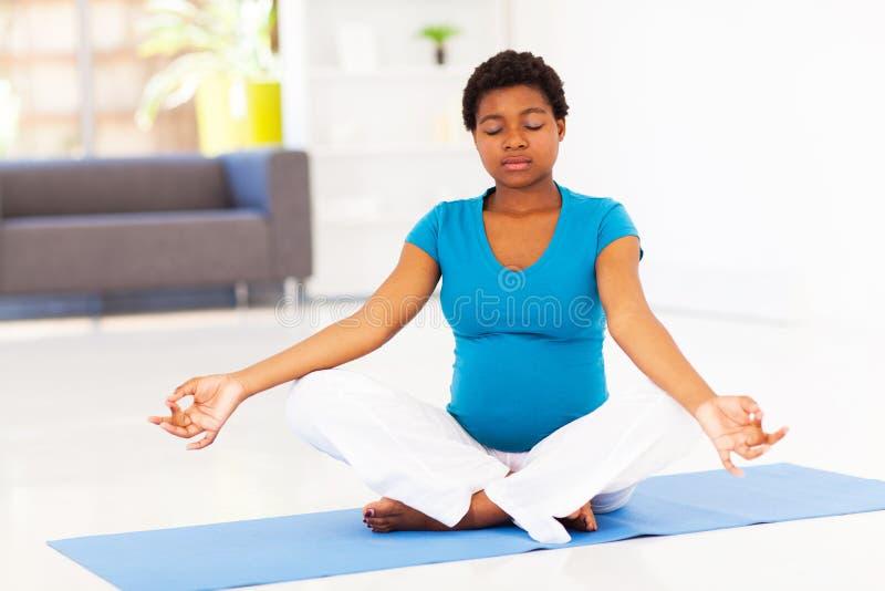 Gravid kvinnameditation arkivfoto