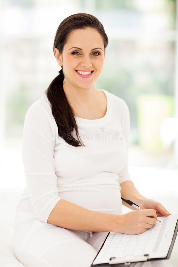 Gravid kvinnaplanläggningshavandeskap royaltyfria bilder