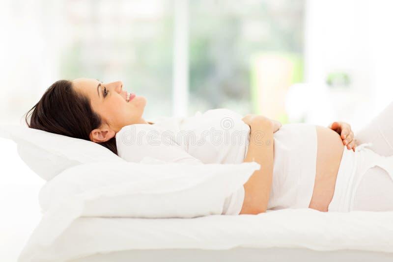 Gravid kvinnasäng royaltyfri fotografi