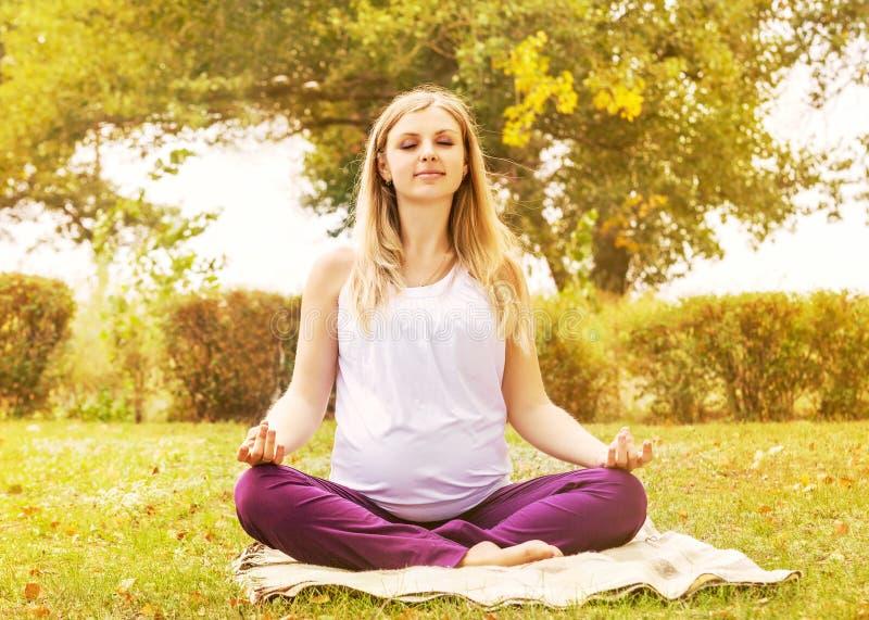Gravid kvinnautbildning kopplar av andning arkivbild