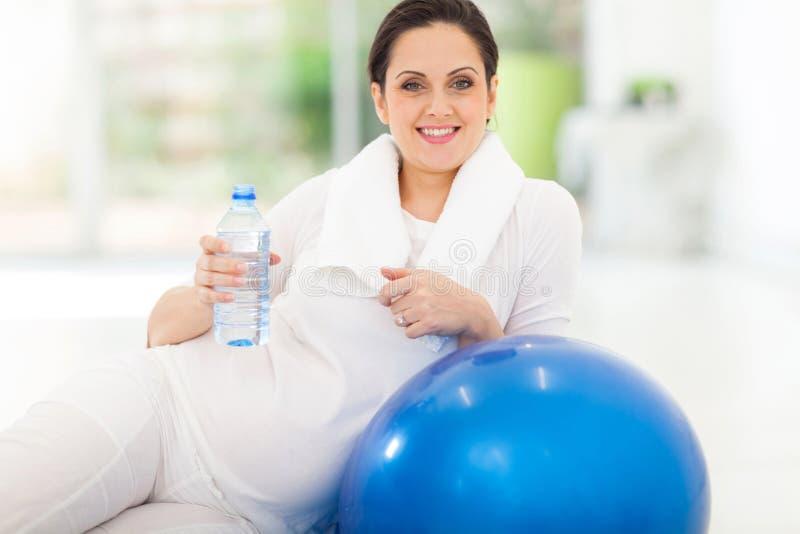 Gravid kvinnavatten arkivfoto