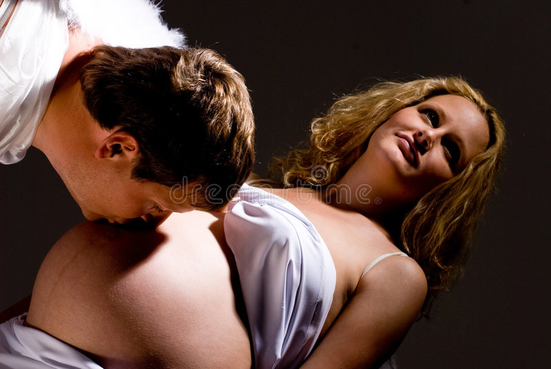 gravid kyssande man för buk fotografering för bildbyråer
