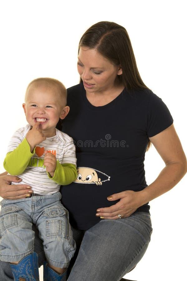 Gravid mamma med den lyckliga pojken på varv royaltyfri bild