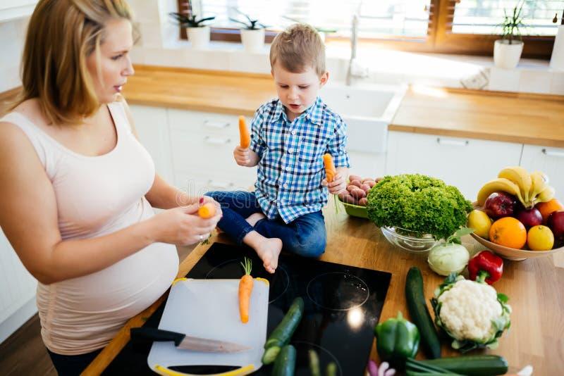 Gravid mamma och barn som förbereder mål royaltyfri bild