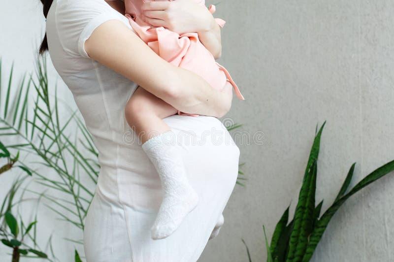 Gravid moder med dottern, havandeskapbuk av kvinnan med barnet lycklig motherhood Att förvänta behandla som ett barn födelse i de arkivbilder