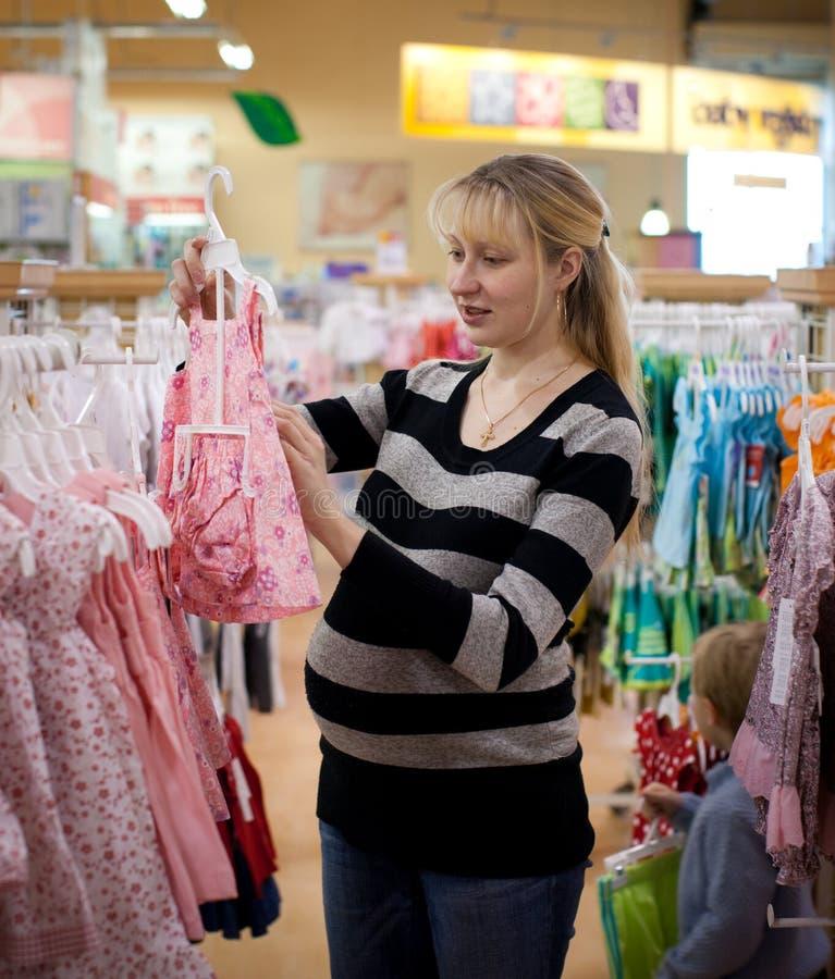 gravid shoping kvinna royaltyfri bild