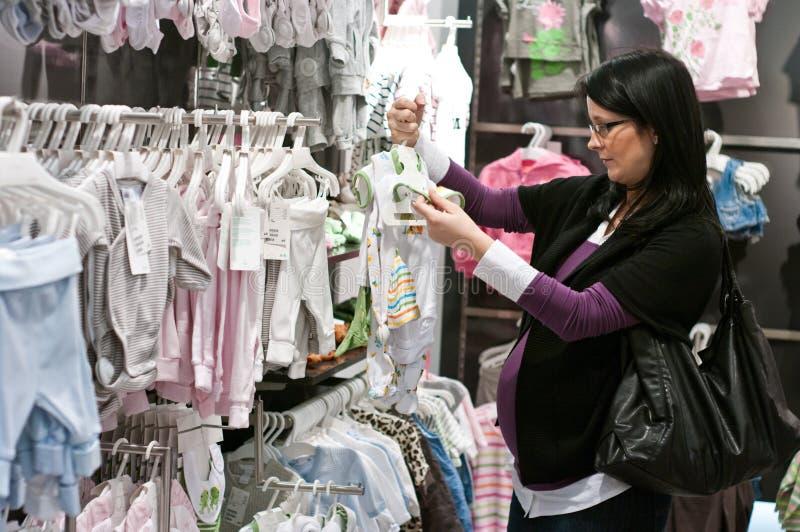 gravid shoppingkvinna royaltyfri foto