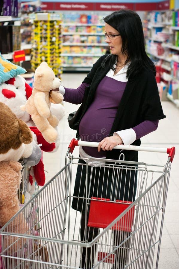 gravid shoppingkvinna royaltyfri fotografi