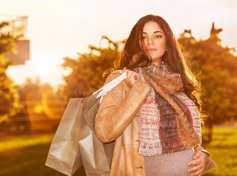 gravid shoppingkvinna för påse arkivbild