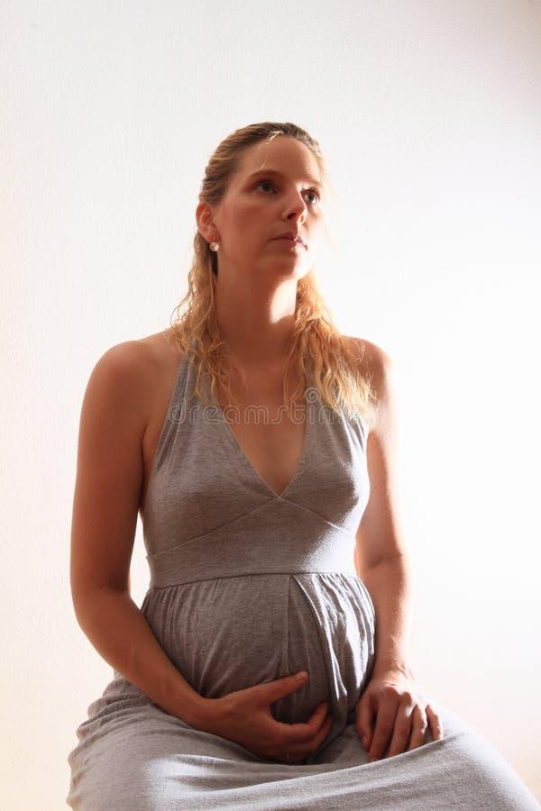 gravid sittande kvinna arkivbild