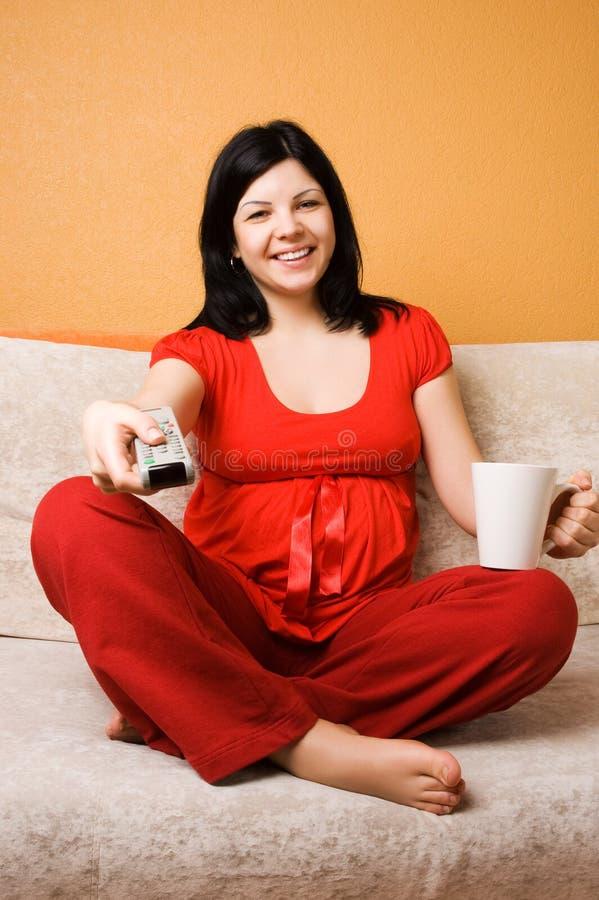gravid sittande kvinna för härlig soffa royaltyfri fotografi