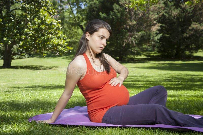 Gravid trycka på för ung kvinna behandla som ett barn royaltyfria bilder