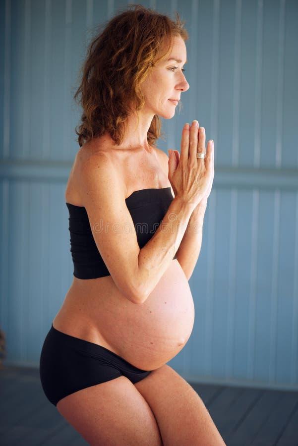 Gravid yoga arkivfoton