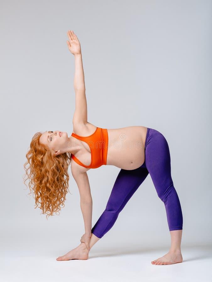 gravid yoga royaltyfria bilder