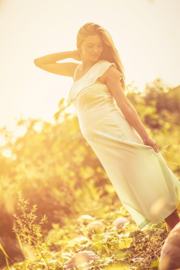 Gravida kvinnan ger härligt glöd och skönhet arkivfoton