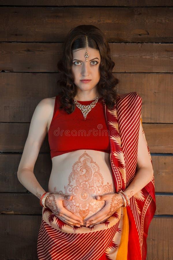 Gravida kvinnan med hennatatueringen fotografering för bildbyråer
