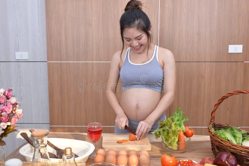 Gravida kvinnor äter ett sunt bantar för att bli sunda royaltyfri bild