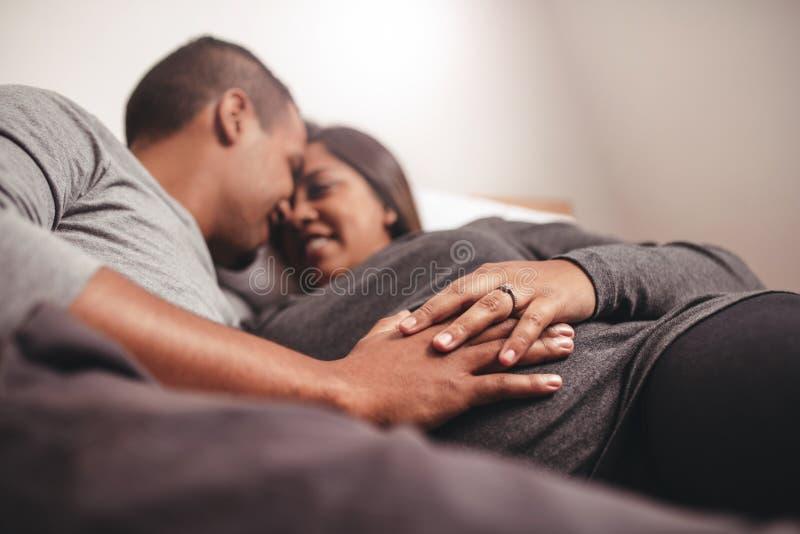 Gravida par för romantiker som väntar på ett barn royaltyfri foto