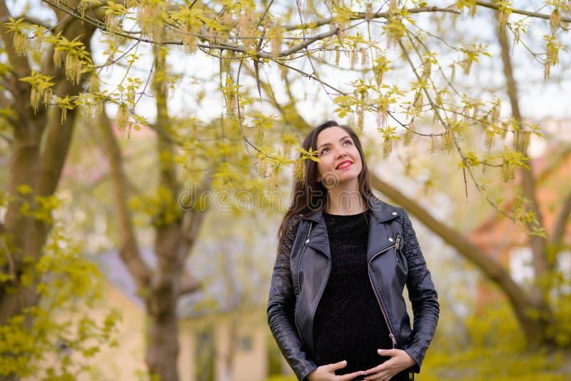Gravidanza di estate Bella donna incinta Giovani genitori, fiori e felicità alla moda di giovane madre fotografie stock libere da diritti