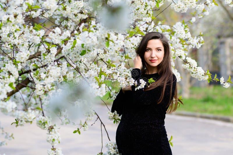Gravidanza di estate Bella donna incinta Giovani genitori, fiori e felicità alla moda di giovane madre fotografia stock