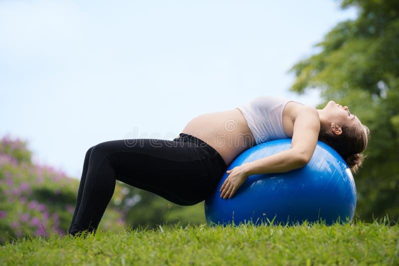 Gravidanza e palla maternità-incinta dello svizzero della donna immagine stock