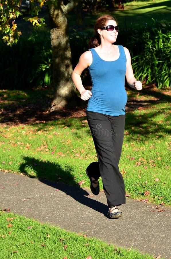 Gravidez - exercício da mulher gravida fotografia de stock
