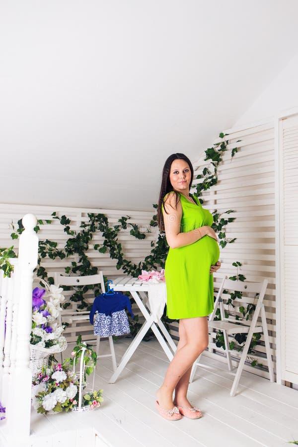 Gravidez, maternidade, povos e conceito da expectativa - próximo acima da mulher gravida feliz com barriga grande dentro foto de stock royalty free